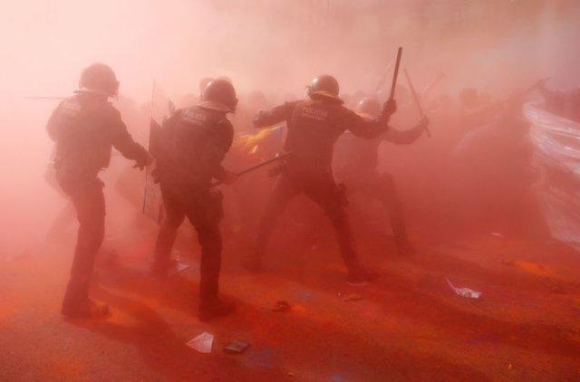 درگیری تظاهرکنندگان با نیروهای پلیس در اولین سالگرد همه پرسی کاتالونیا