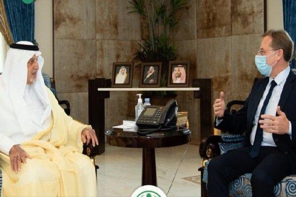 نشست محبت آمیز مقام سعودی و سفیر فرانسه با وجود توهین به پیامبر(ص)