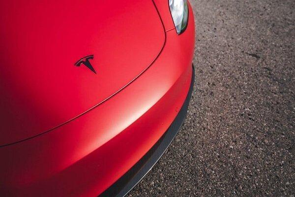 آلمان اختلال در نمایشگر خودروهای تسلا را بررسی می کند